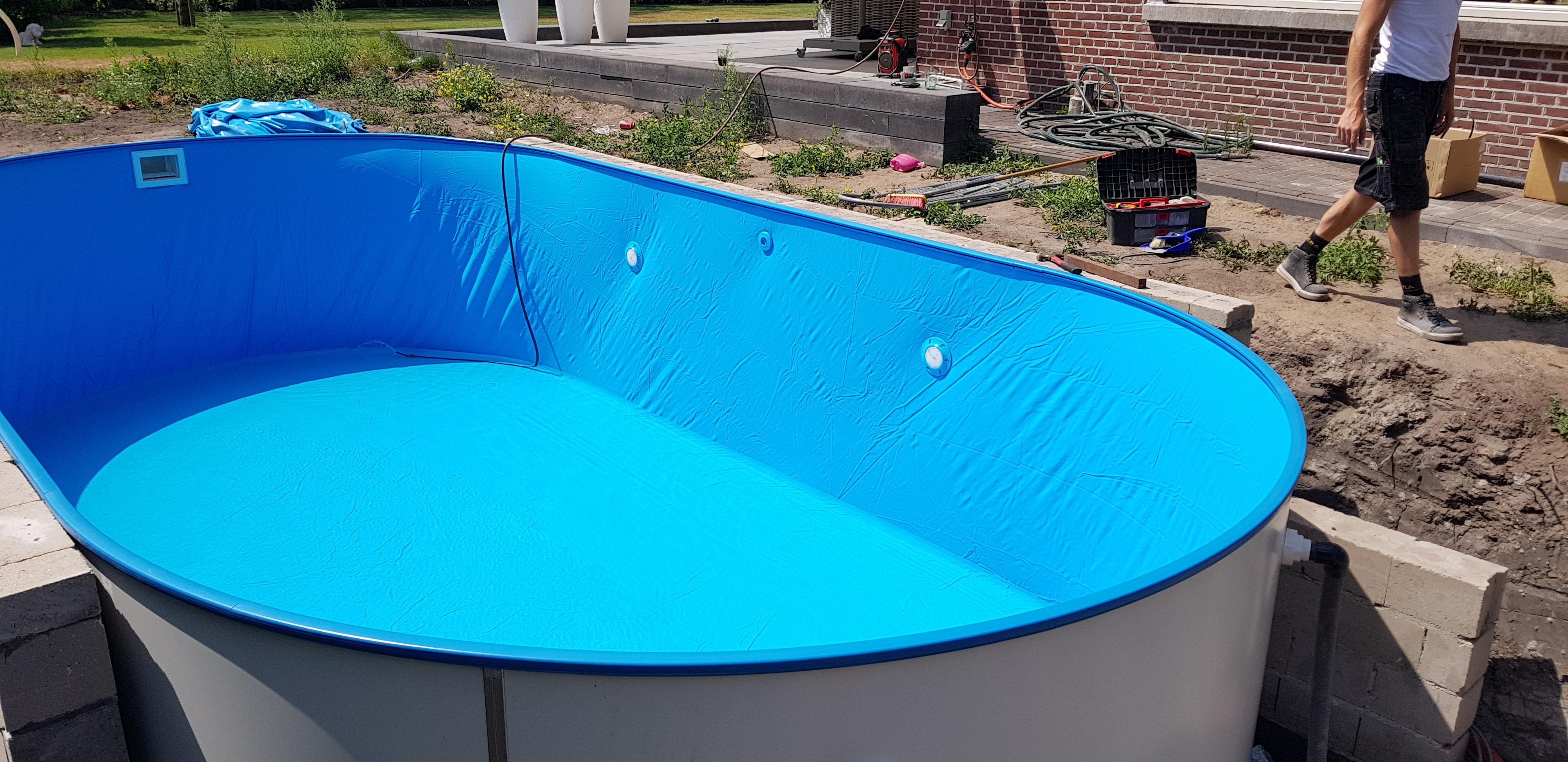 zwembad met blauwe liner